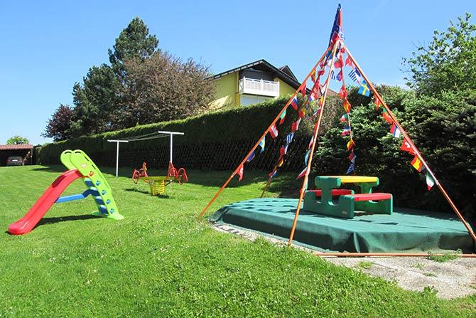 Großer Garten zum Spielen für die Kinder