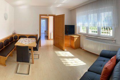 Wohnzimmer mit Flat- und Sat-TV
